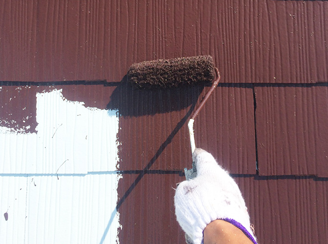 屋根の中塗り施工中です。