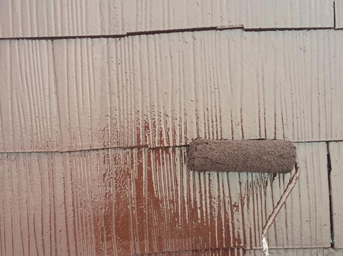屋根の上塗り施工中です。
