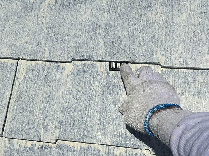 屋根材の隙間にタスペーサーを設置します。
