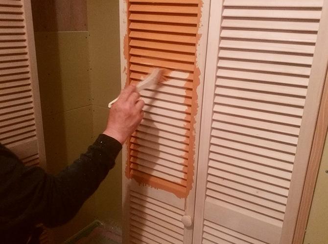 クローゼット扉の塗装中のようすです。