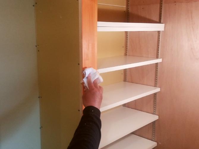 木部塗装後の拭き取り中です。