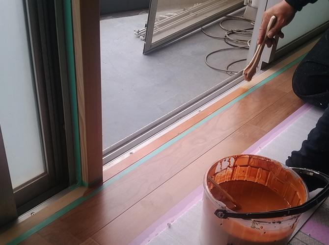 窓周囲の木部塗装中のようすです。