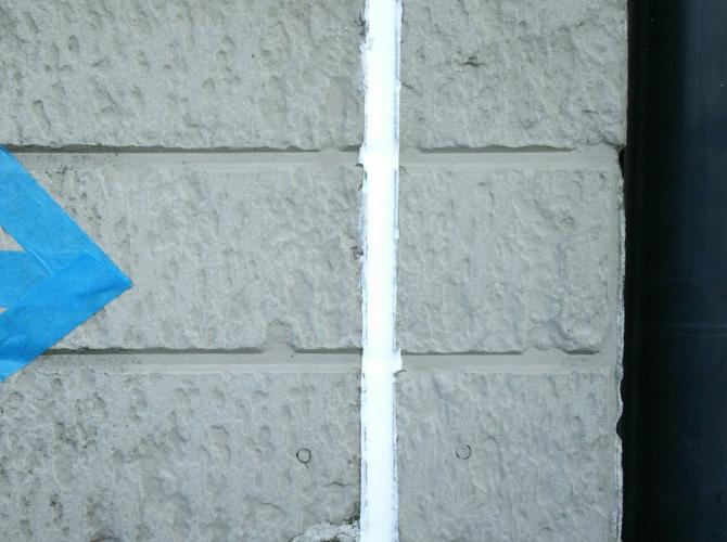外壁目地部分のシール工事完了後です。