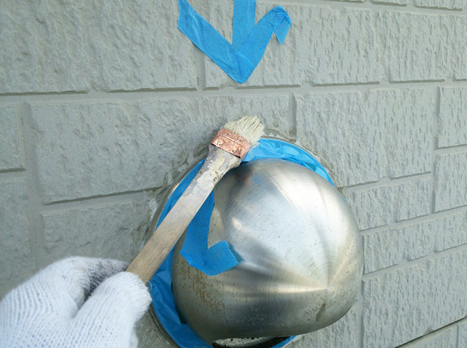 プライマーを塗ってシーリング材を密着させます。