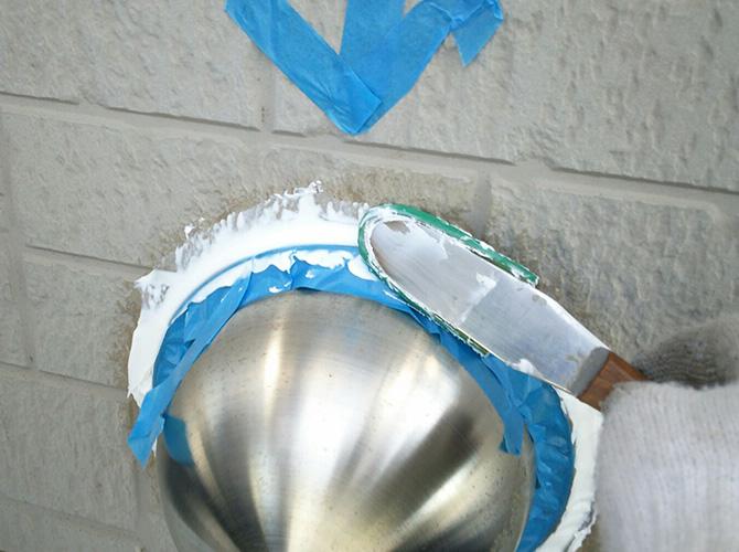 ヘラで抑えてシーリング材を平滑にしていきます。