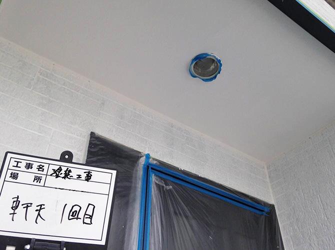 軒天井の下塗り施工後です。