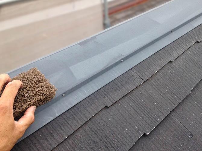 屋根鉄部のケレン清掃中です。