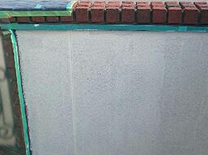 ベランダ内壁の下塗り施工後のようすです。