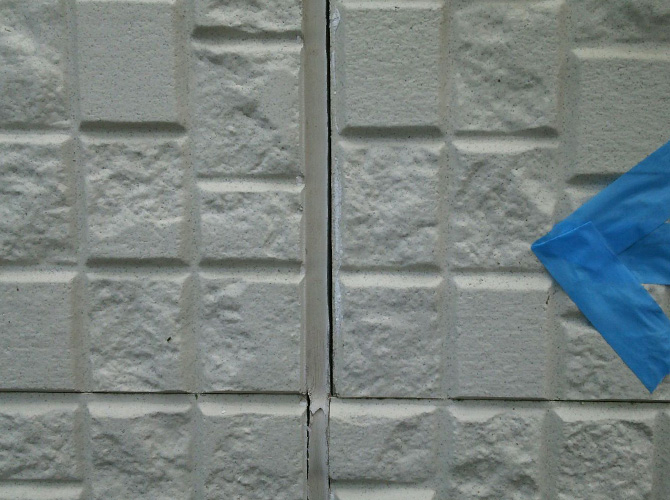 外壁目地のシール工事施工前の状態です。
