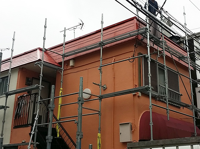 塗装工事完了後の足場解体中です。
