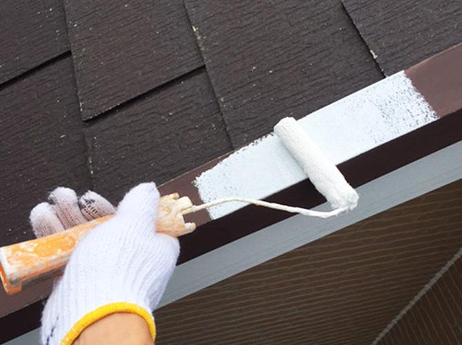屋根鉄部のサビ止め塗装施工中のようすです。