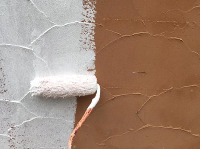 外構塗装の下塗り施工中のようすです。