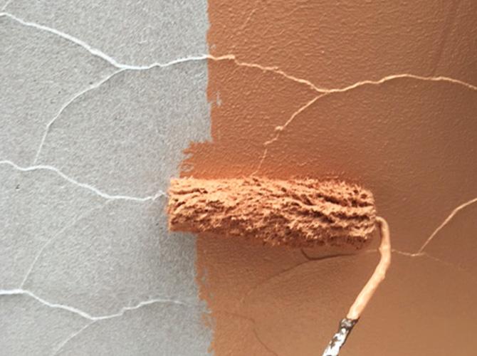 外構塗装の中塗り施工中のようすです。