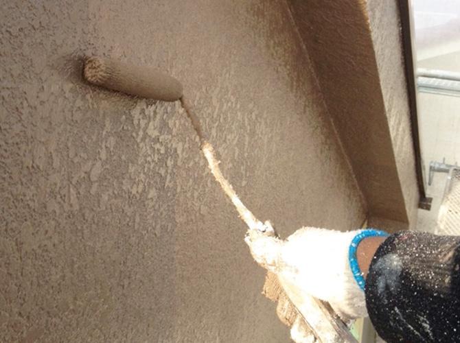 外壁塗装の中塗り施工中です。