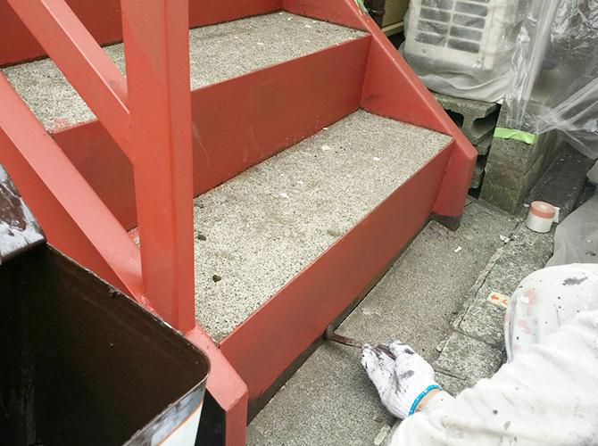 階段塗装の施工中です。