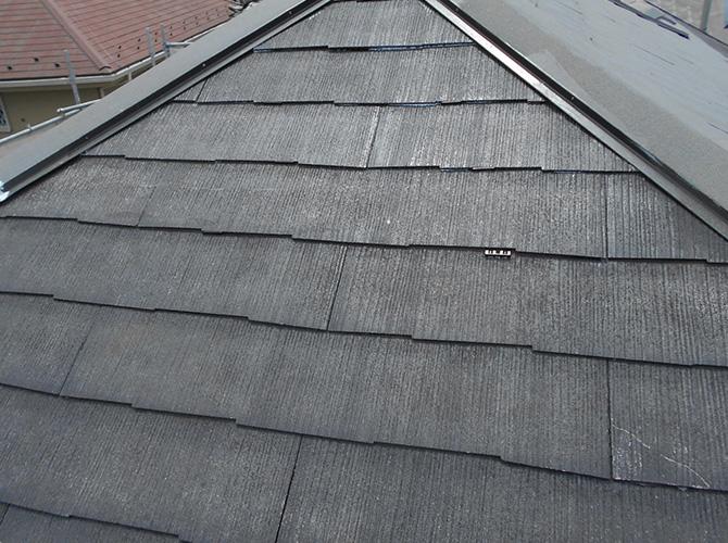 屋根下塗り後にタスペーサーを設置します。