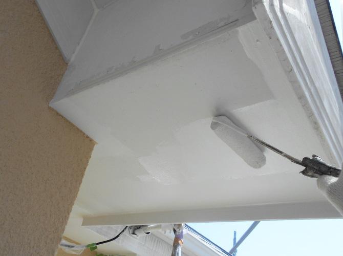 軒天塗装の下塗り施工中のようすです。