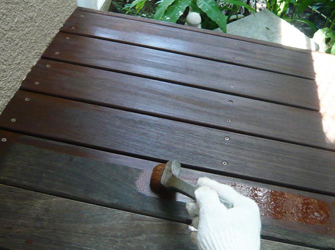 ウッドデッキ塗装の下塗り施工中のようすです。