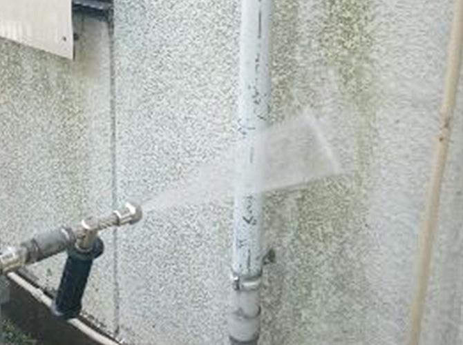 外壁塗装前の洗浄中のようすです。