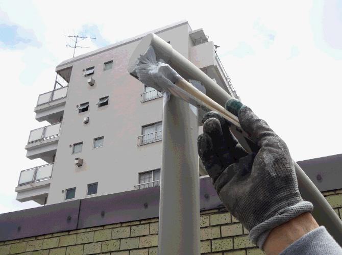 鉄部の白い個所には白い塗料を使って施工します。