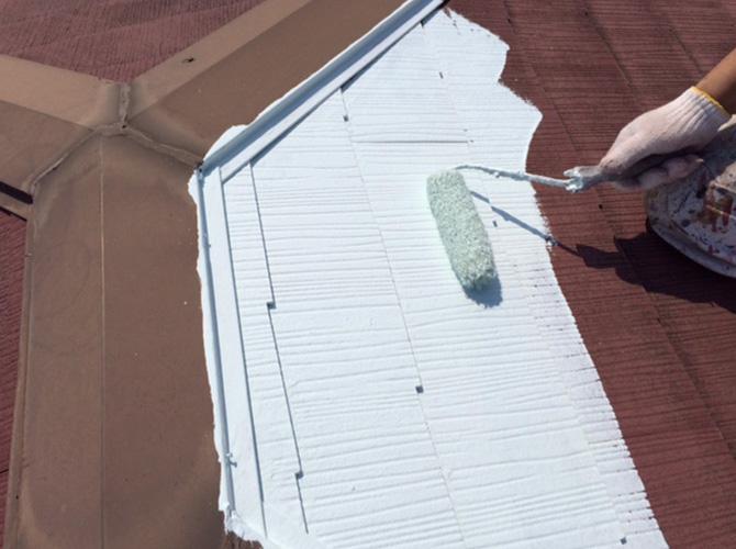 屋根塗装の下塗りを施工しているようすです。