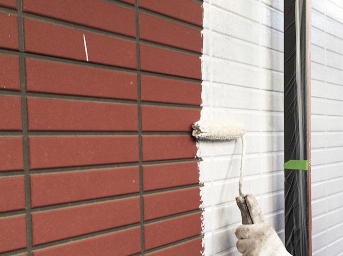 外壁塗装の下塗り施行中のようすです。