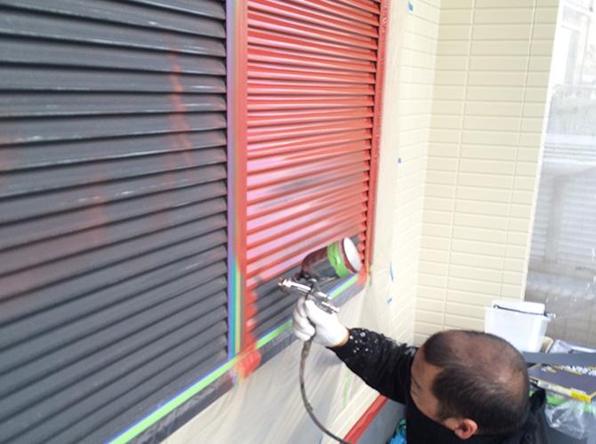 外壁塗装の上塗りの施工中です。