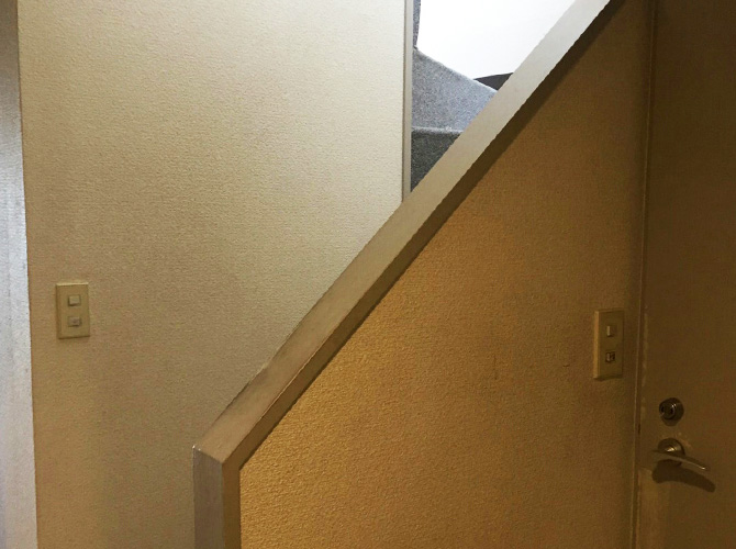 階段手摺の塗装前の状態です。