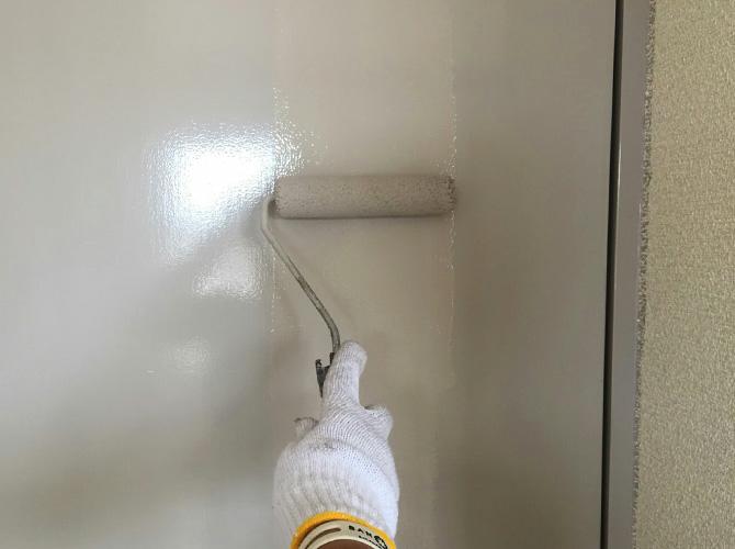 室内ドアの塗装中のようすです。