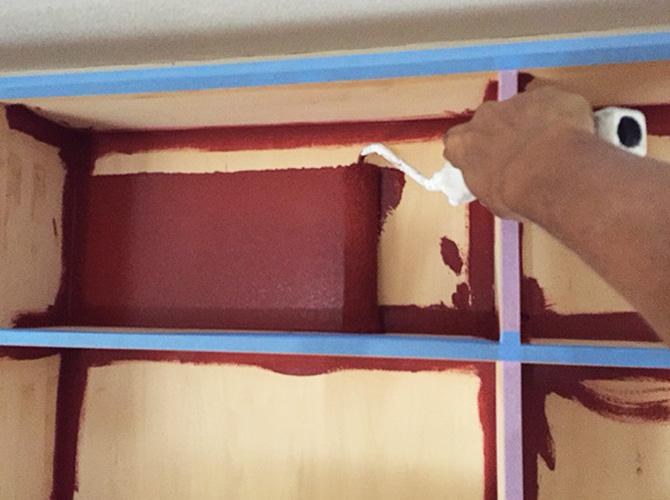 木部塗装の下塗り施工中のようすです。