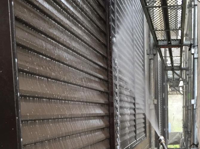 雨戸まわりの高圧洗浄中のようすです。