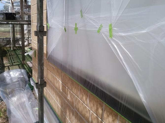 窓に塗料が付かないように養生を設置します。
