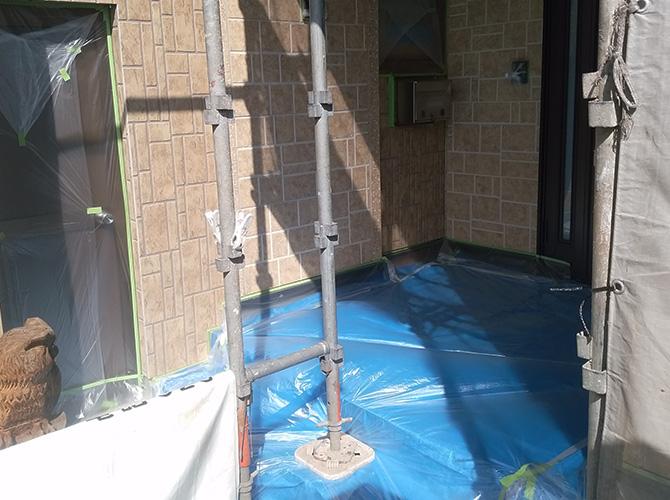玄関まわりの養生の設置完了後のようすです。