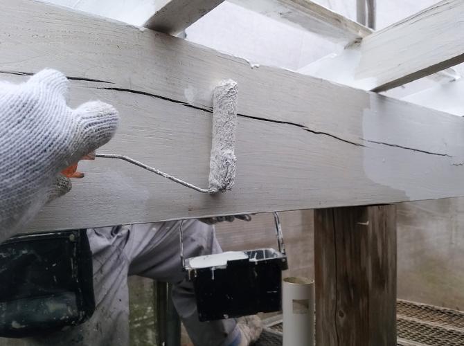 木部には木部用塗料を使って塗り替えていきます。