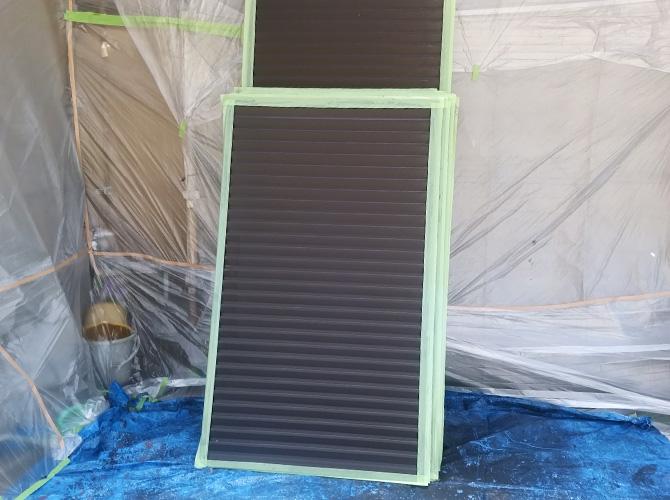 雨戸塗装の施工前・養生のようすです。
