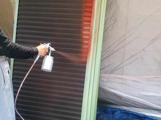 雨戸のサビ止め塗料の塗装中のようすです。