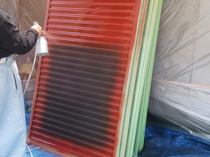 雨戸にしっかりとサビ止め塗料を塗布します。