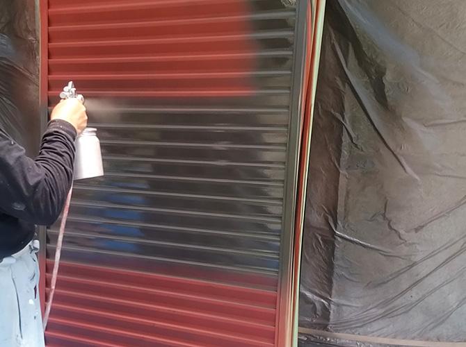 雨戸塗装の上塗り施工中のようすです。