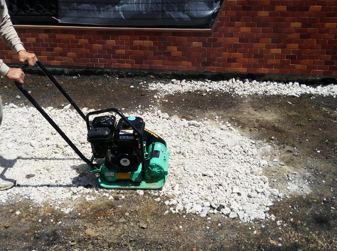 コンクリートを打つ前に地盤を均します。