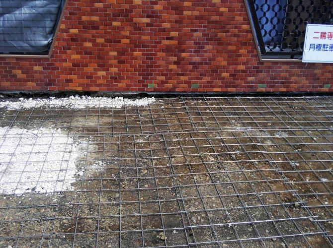 コンクリートを打ち込む前に鉄筋を配置します。