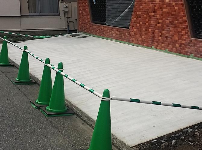 駐車場土間打ち工事の施工完了後です。