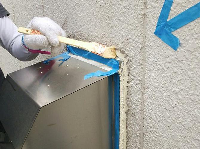 プライマーを塗ってからシールを打ち込みます。