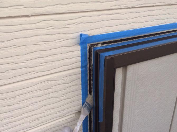 プライマーを塗ってシーリング材を塗布します。