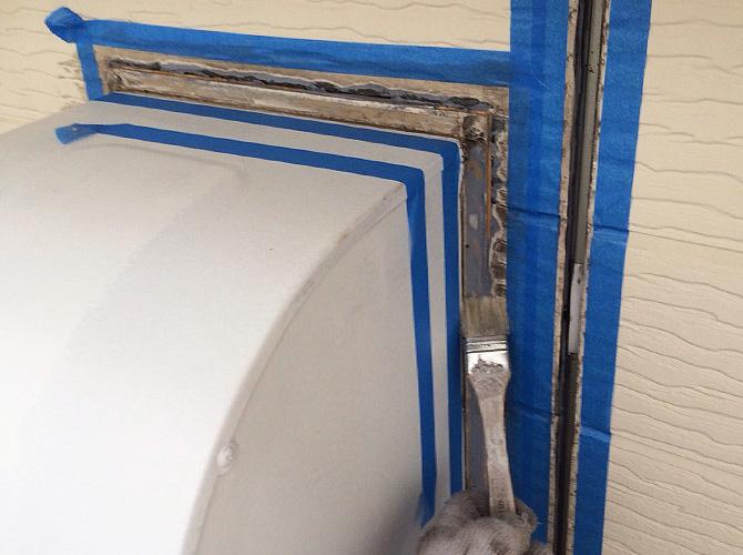 プライマーを塗ってシーリング材を打ち込みます。