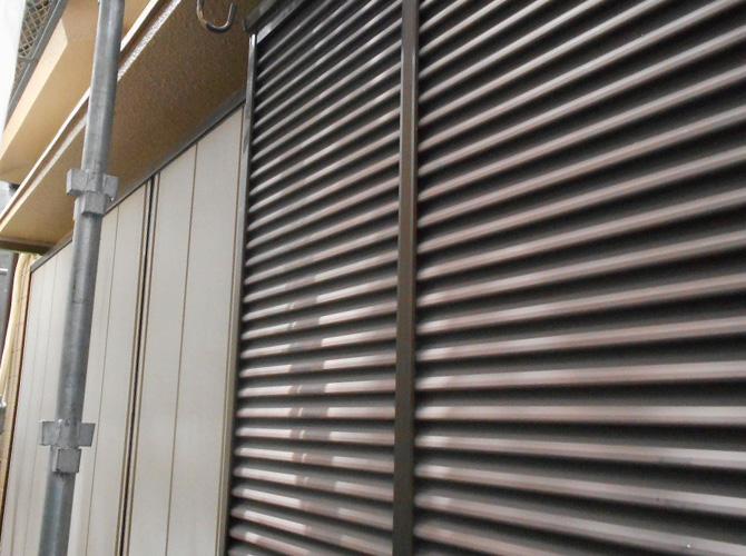 雨戸・戸袋のサビ止め塗装前の状態です。