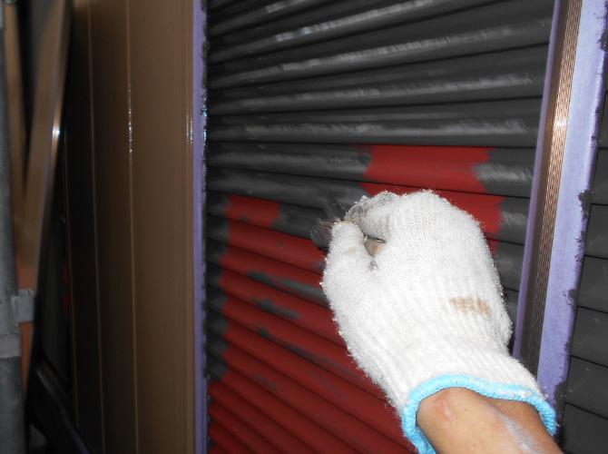 雨戸塗装の中塗施工中のようすです。