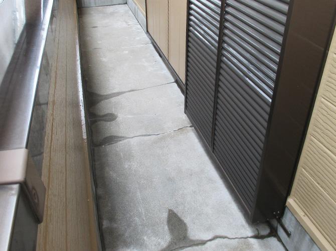 バルコニーの防水工事施工前の状態です。