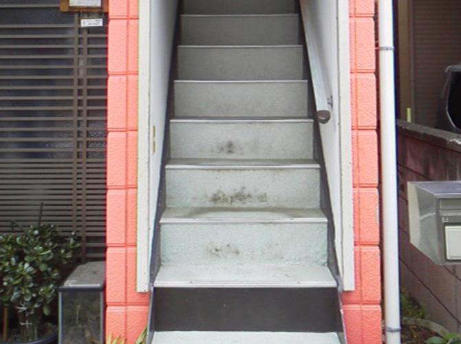 階段部分の塗装工事施工前の状態です。