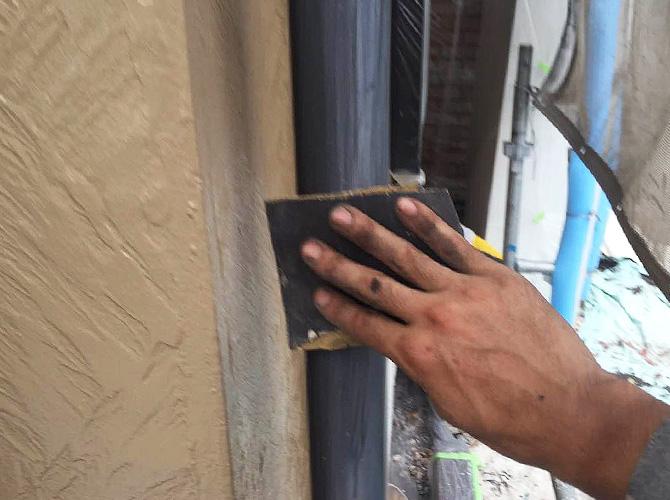 雨樋の塗装前の清掃中のようすです。
