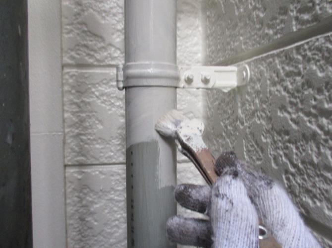 雨樋塗装の中塗り施工中のようすです。